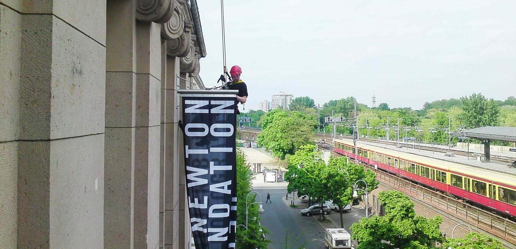 Industriekletterer-Berlin-bannerhaengen-plakat-aufhaengen