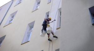 Industriekletterer-Berlin-malerabeit-fassadenreparatur-kletterkollektiv