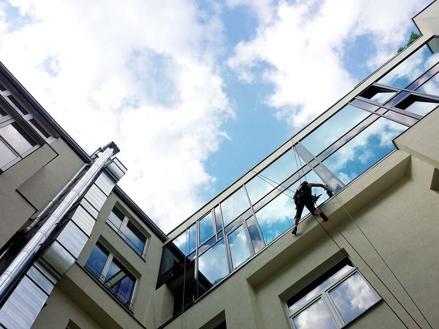 Fassadenkletterer berlin fensterreinigung fensterputzer - Fenster reinigen ...